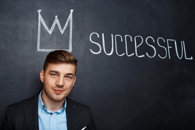 Foto di uomo sulla lavagna con corona e testo di successo