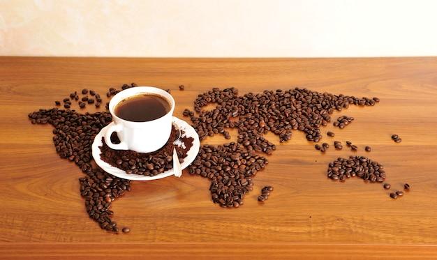 Foto drammatica della mappa del mondo fatta di chicchi di caffè.