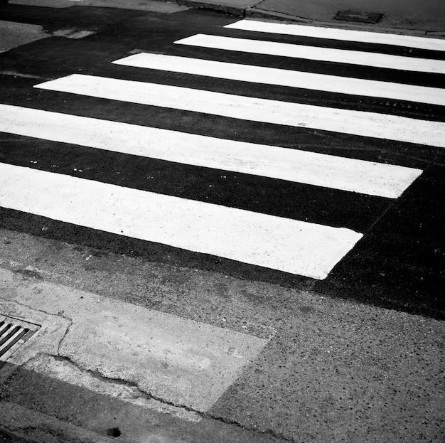 Foto in bianco e nero del vicolo pedonale