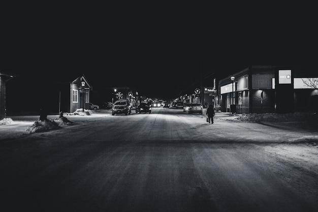 Foto in bianco e nero dell'autostrada senza pedaggio
