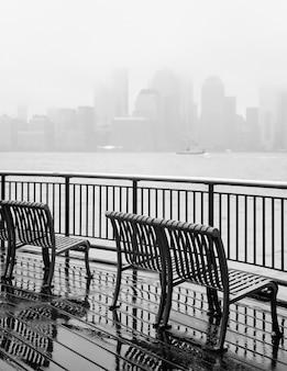 Foto in bianco e nero dell'orizzonte di new york city in una giornata piovosa