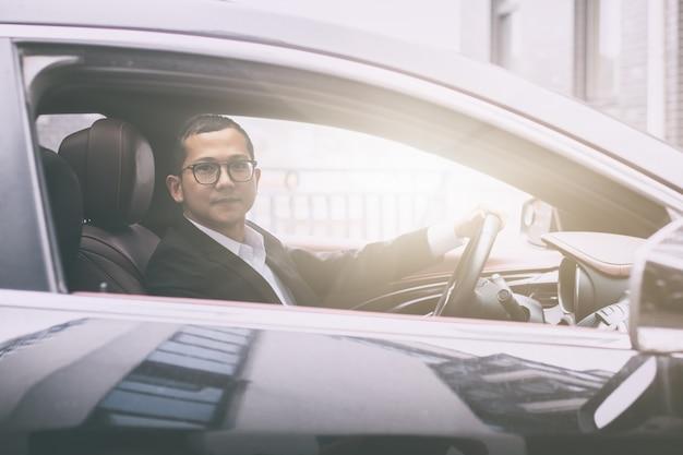 Foto laterali dell'uomo di affari in macchina