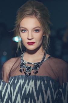 Foto modificata di bella ragazza con la collana