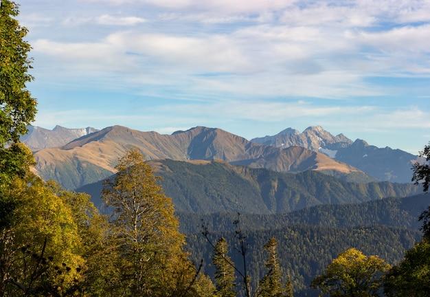 Foto panoramica del paesaggio autunnale con vista sulle montagne naturali