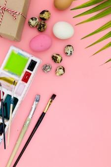 Foto piana di disposizione pasqua felice, vista superiore di preparazione per pasqua su fondo rosa