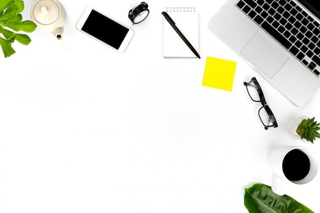 Foto piatta e creativa del posto di lavoro moderno con laptop,