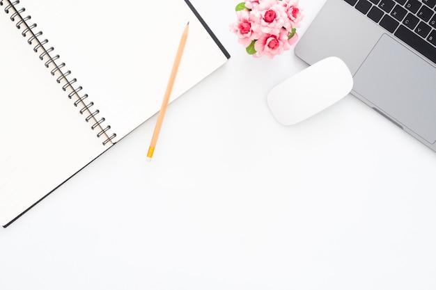 Foto piatta e creativa della scrivania dell'area di lavoro