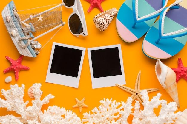 Foto piatte polaroid laici con il concetto di vacanza estiva
