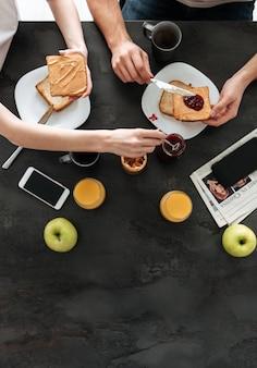 Foto potata della famiglia che mangia prima colazione di mattina