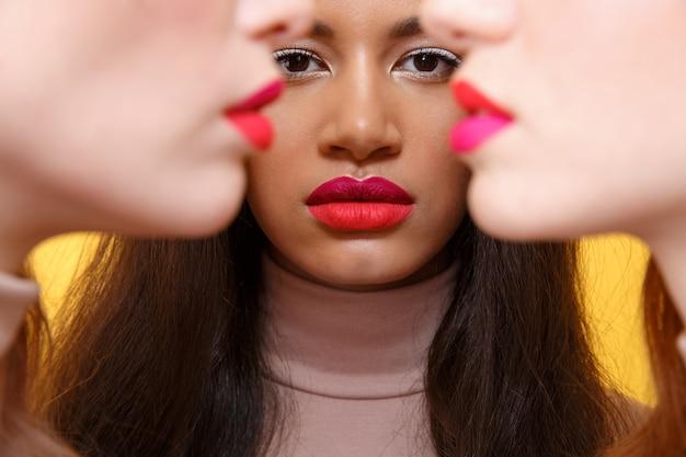 Foto potata di giovani tre signore multietniche serie