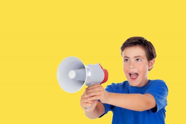Foto ragazzino chid con uno sfondo giallo