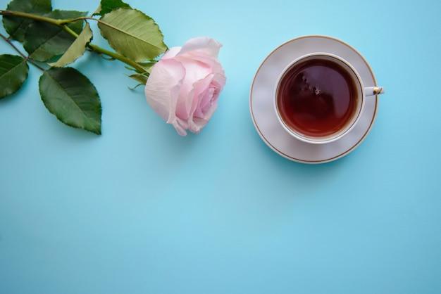Foto romantica con una rosa e una tazza di tè