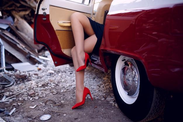 Foto sensuale di gambe di una donna che indossa tacchi alti