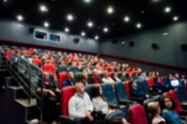 Foto sfocata delle persone del pubblico al cinema.