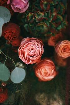 Foto sfocata di belle rose rosa in bouquet