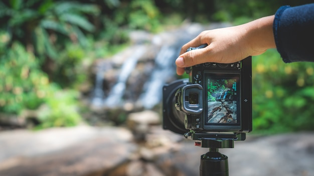 Fotocamera digitale con sfondo la natura