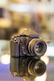 Fotocamera digitale decorata nel tavolo situato a bandung, in indonesia