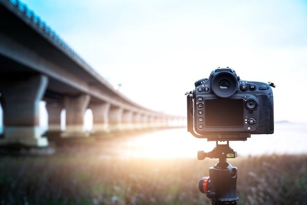 Fotocamera digitale la vista notturna della città