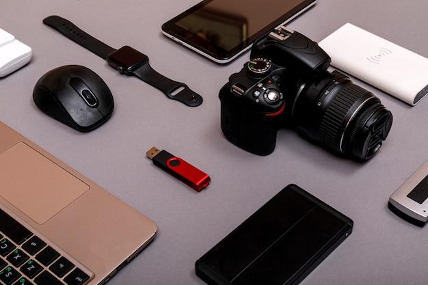Fotocamera digitale, usb con hard disk esterno o batteria e attrezzatura del fotografo professionista
