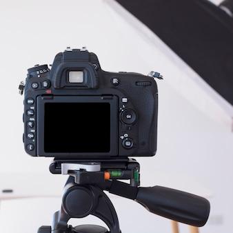 Fotocamera dslr su un treppiede in studio
