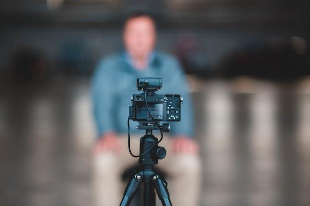 Fotocamera nera su treppiede