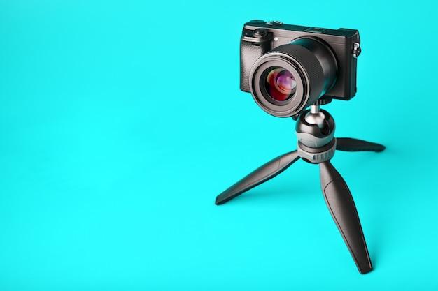 Fotocamera professionale su treppiede, su blu. registra video e foto per il tuo blog o rapporto.