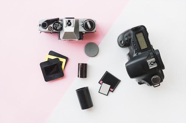 Fotocamera reflex digitale vs analogica con diapositive, schede di memoria, pellicola 35 mm