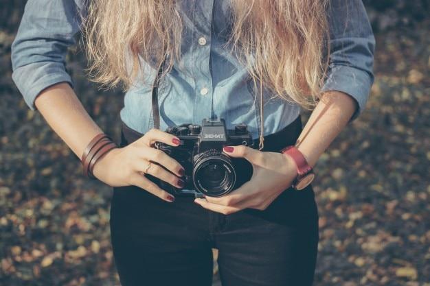 Fotocamera retrò con ragazza bionda