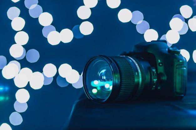Fotocamera vicino a luci sfocate