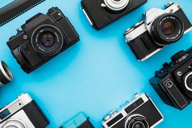 Fotocamere retrò vicino a un pezzo di pellicola