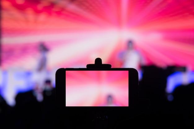 Fotografare con uno smartphone in concerto