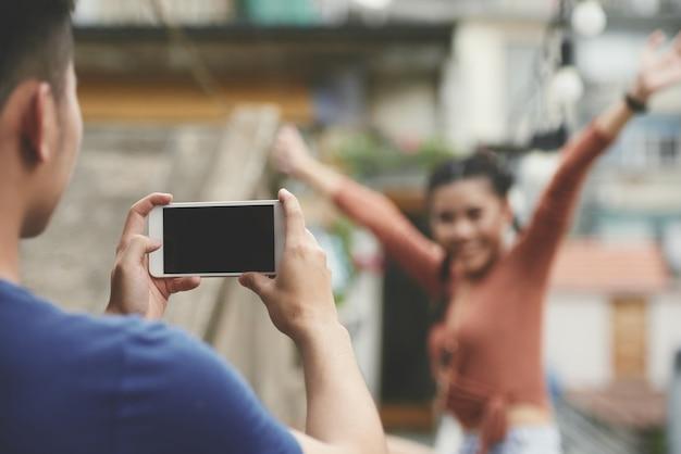 Fotografare la ragazza al telefono