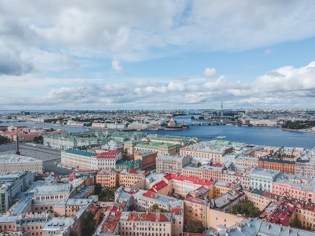 Fotografia aerea del fiume neva, centro città, sviluppo residenziale storico, san pietroburgo, russia.