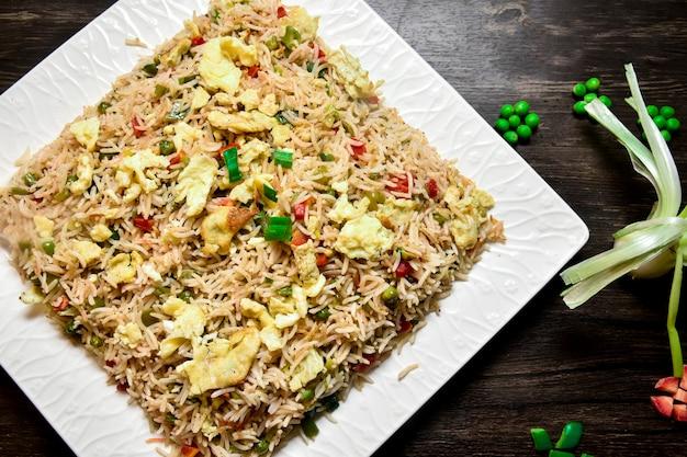 Fotografia dell'alimento del riso delle verdure dell'uovo