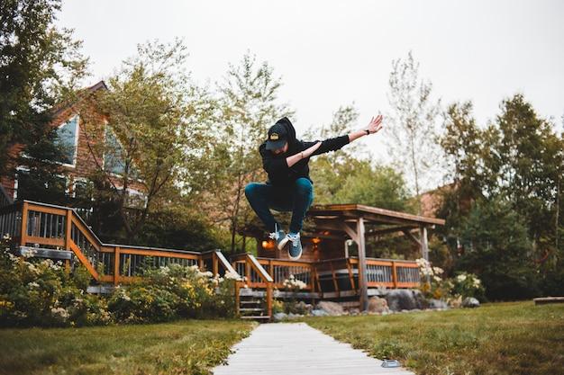 Fotografia dell'uomo che salta vicino all'aperto durante il giorno