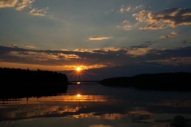 Fotografia della barca al tramonto