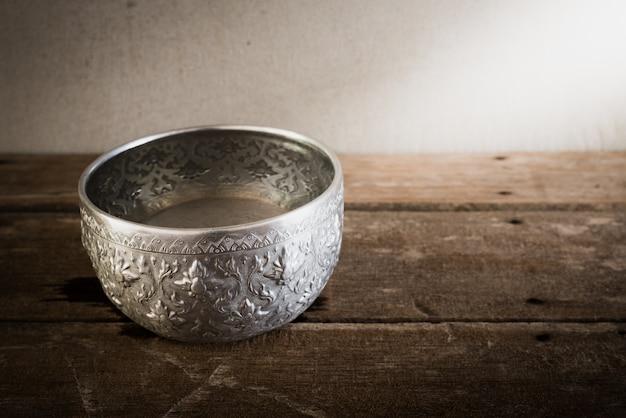 Fotografia di arte di natura morta sulla ciotola d'argento dell'annata