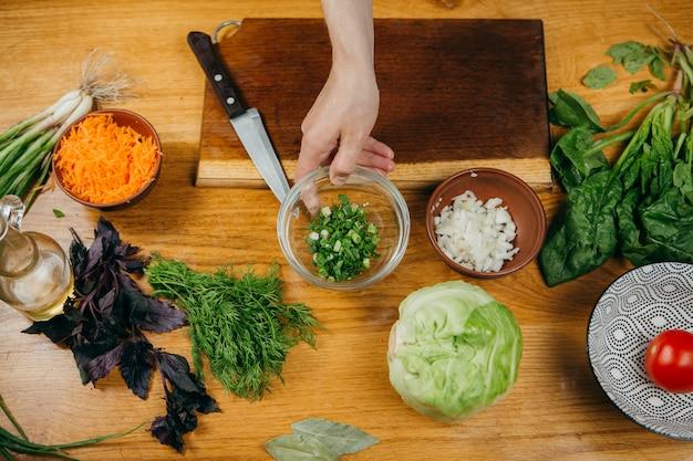 Fotografia di cibo. preparare un'insalata di verdure
