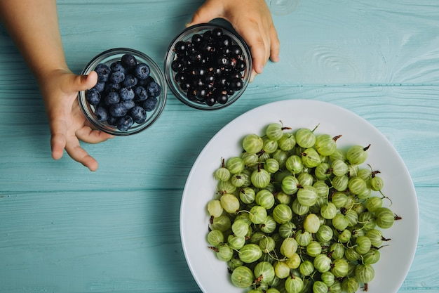 Fotografia di cibo. uva spina, mirtilli e ribes grandi