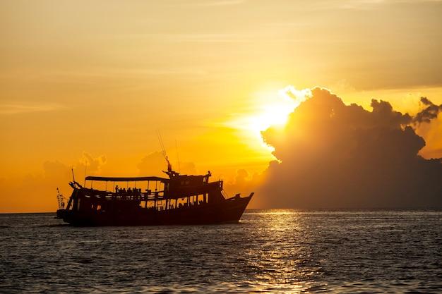 Fotografia di silhouete di bel tramonto cielo e barca di immersione turistica