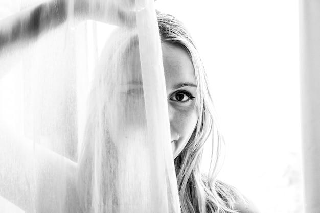 Fotografia in scala di grigi della donna