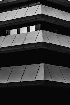 Fotografia in scala di grigi di un edificio alto