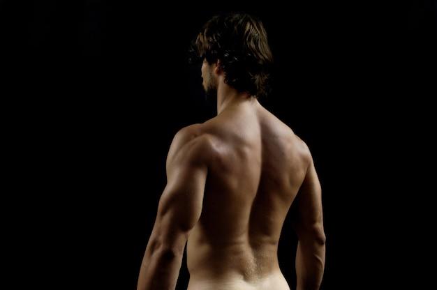 Fotografia in studio di un uomo con la schiena