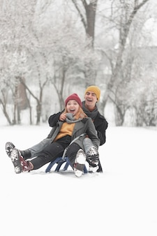 Fotografia lunga della coppia che è felice