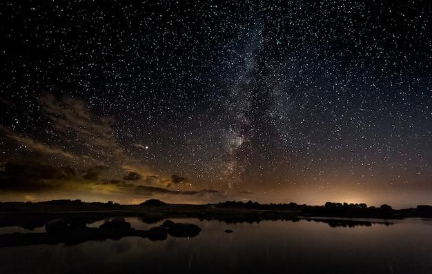 Fotografia notturna con la via lattea nell'area naturale di barruecos.