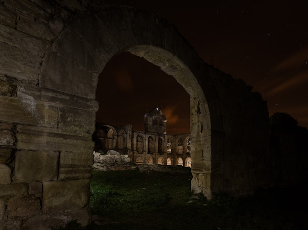 Fotografia notturna tra le rovine del monastero di santa maria de rioseco,