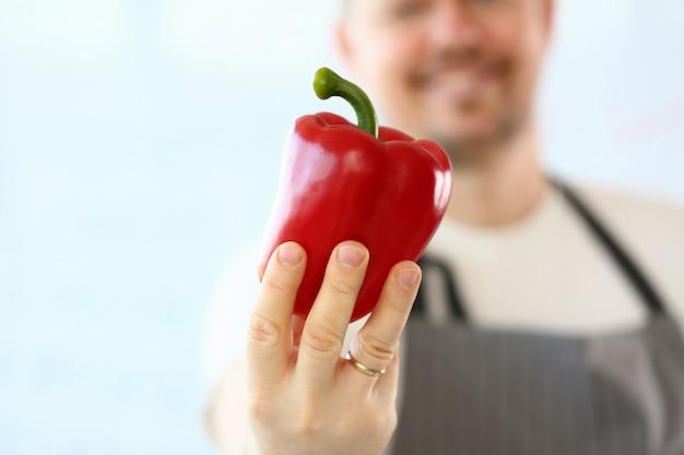 Fotografia professionale di showing red pepper del cuoco unico