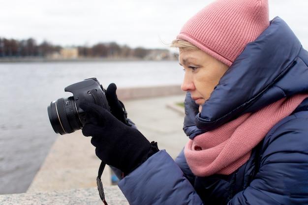 Fotografia turistica della donna senior matura anziana che prende un'immagine