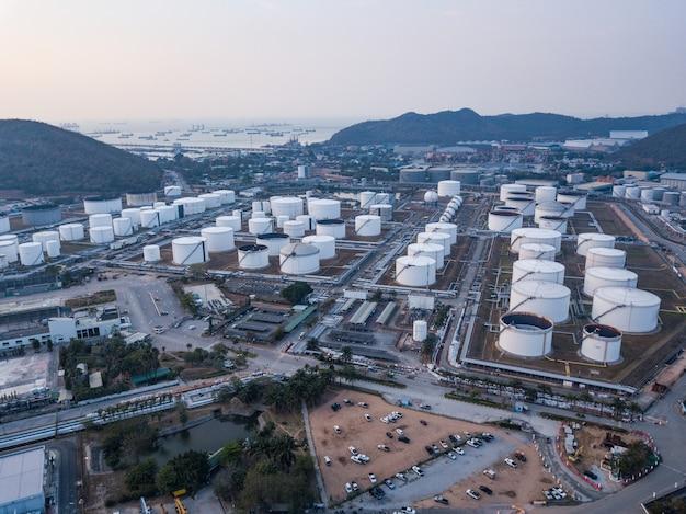 Fotografie aeree di impianti di raffinerie petrolifere, serbatoio di gas, serbatoio dell'olio, serbatoio chimico, concetto di business di investimento potenza industria raffineria.