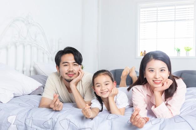 Fotografie di tre persone a casa
